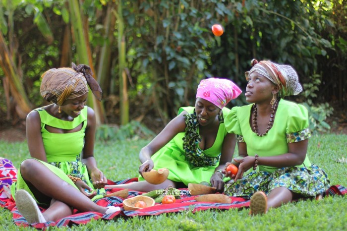 top kenyan wedding photographer waruisapix extreme fun unposed sponteneous photos of bridal party in african wear -102