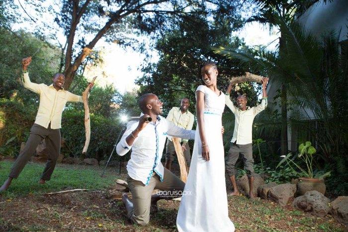 top kenyan wedding photographer waruisapix extreme fun unposed sponteneous photos of bridal party in african wear -130