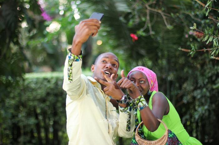 top kenyan wedding photographer waruisapix extreme fun unposed sponteneous photos of bridal party in african wear -147