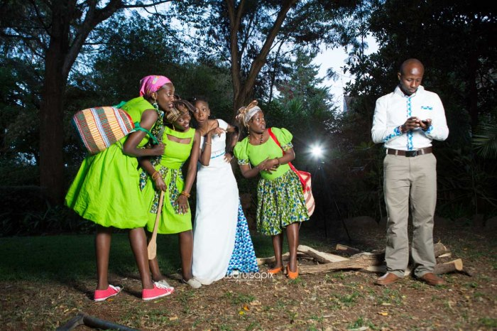 top kenyan wedding photographer waruisapix extreme fun unposed sponteneous photos of bridal party in african wear -164