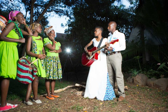 top kenyan wedding photographer waruisapix extreme fun unposed sponteneous photos of bridal party in african wear -168