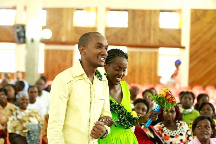 top kenyan wedding photographer waruisapix extreme fun unposed sponteneous photos of bridal party in african wear -26