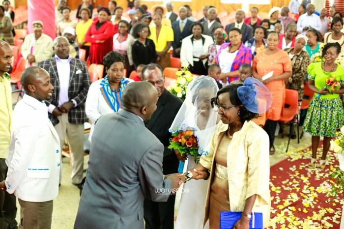 top kenyan wedding photographer waruisapix extreme fun unposed sponteneous photos of bridal party in african wear -30