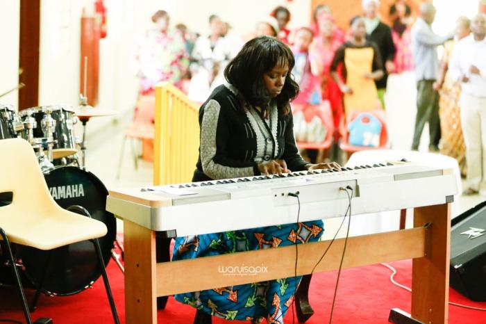top kenyan wedding photographer waruisapix extreme fun unposed sponteneous photos of bridal party in african wear -38