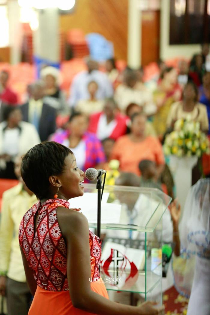 top kenyan wedding photographer waruisapix extreme fun unposed sponteneous photos of bridal party in african wear -39