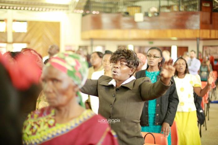 top kenyan wedding photographer waruisapix extreme fun unposed sponteneous photos of bridal party in african wear -41