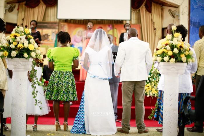 top kenyan wedding photographer waruisapix extreme fun unposed sponteneous photos of bridal party in african wear -44