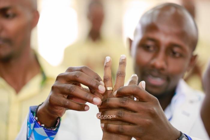 top kenyan wedding photographer waruisapix extreme fun unposed sponteneous photos of bridal party in african wear -59