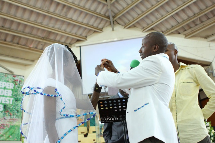 top kenyan wedding photographer waruisapix extreme fun unposed sponteneous photos of bridal party in african wear -61