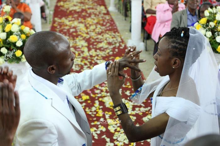 top kenyan wedding photographer waruisapix extreme fun unposed sponteneous photos of bridal party in african wear -64