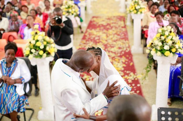 top kenyan wedding photographer waruisapix extreme fun unposed sponteneous photos of bridal party in african wear -65