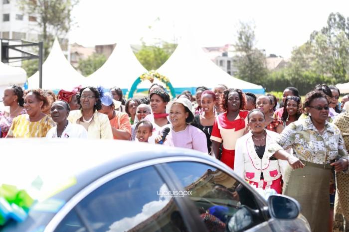top kenyan wedding photographer waruisapix extreme fun unposed sponteneous photos of bridal party in african wear -69