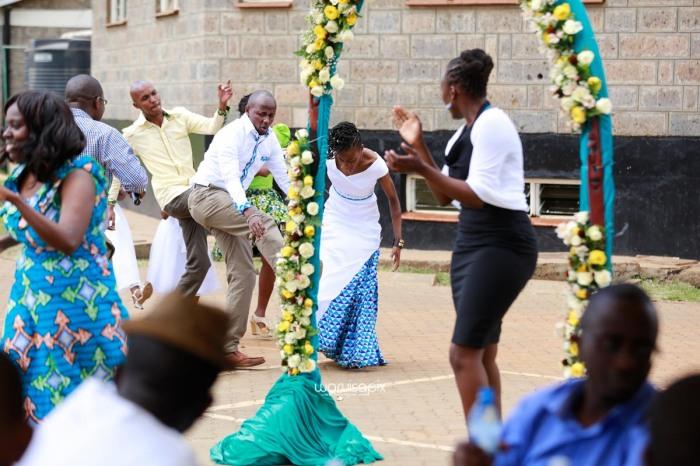 top kenyan wedding photographer waruisapix extreme fun unposed sponteneous photos of bridal party in african wear -72