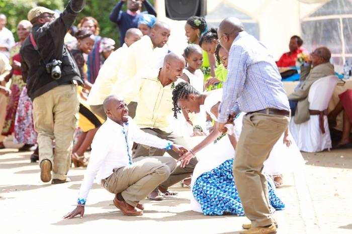 top kenyan wedding photographer waruisapix extreme fun unposed sponteneous photos of bridal party in african wear -73