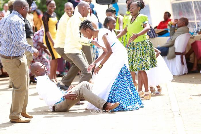 top kenyan wedding photographer waruisapix extreme fun unposed sponteneous photos of bridal party in african wear -74