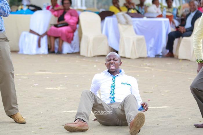 top kenyan wedding photographer waruisapix extreme fun unposed sponteneous photos of bridal party in african wear -77