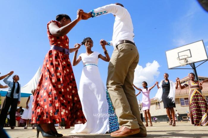 top kenyan wedding photographer waruisapix extreme fun unposed sponteneous photos of bridal party in african wear -78