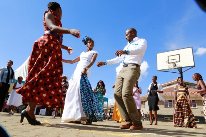 top kenyan wedding photographer waruisapix extreme fun unposed sponteneous photos of bridal party in african wear -79