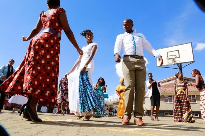 top kenyan wedding photographer waruisapix extreme fun unposed sponteneous photos of bridal party in african wear -80