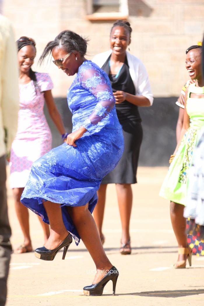 top kenyan wedding photographer waruisapix extreme fun unposed sponteneous photos of bridal party in african wear -81