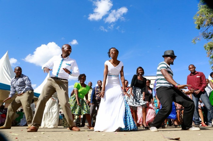 top kenyan wedding photographer waruisapix extreme fun unposed sponteneous photos of bridal party in african wear -84