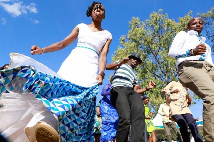 top kenyan wedding photographer waruisapix extreme fun unposed sponteneous photos of bridal party in african wear -85