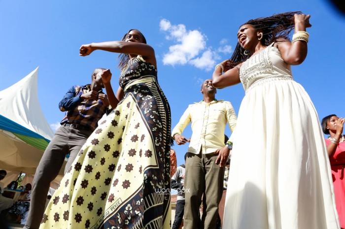 top kenyan wedding photographer waruisapix extreme fun unposed sponteneous photos of bridal party in african wear -86