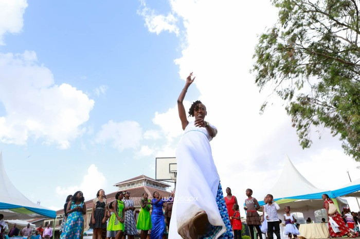 top kenyan wedding photographer waruisapix extreme fun unposed sponteneous photos of bridal party in african wear -98